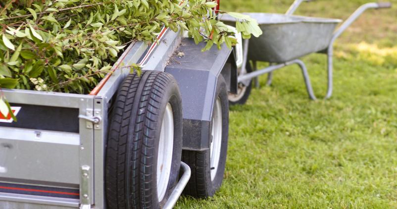 remorque avec déchets de jardin